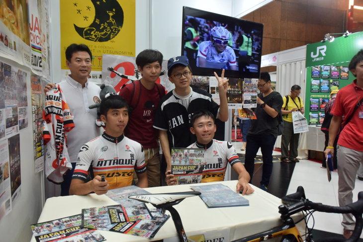 宇都宮市のブースではアタッキ・チーム・グストのサイン会が開催された