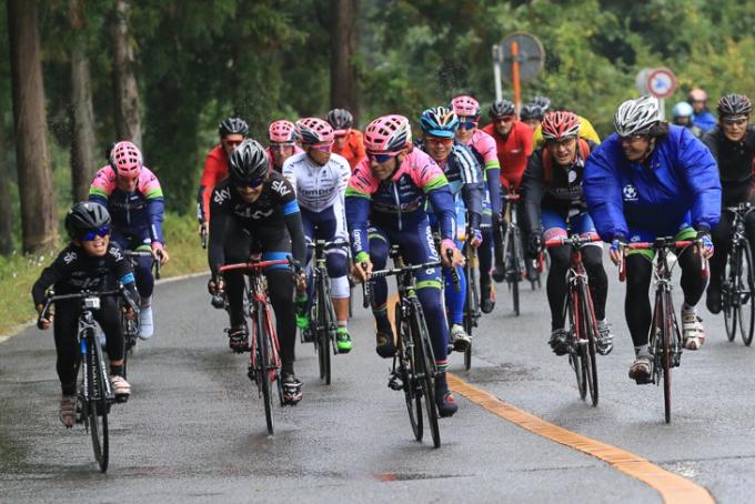 スカイのジャージを着た子供サイクリストが先頭集団を引く!