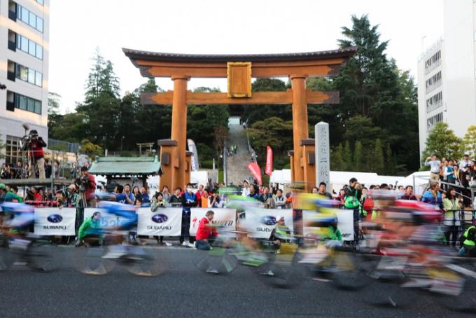 二荒山神社の鳥居前を通過する