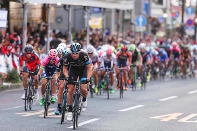 最終周回でメイン集団を牽引するベルンハルト・アイゼル(オーストリア、チームスカイ)