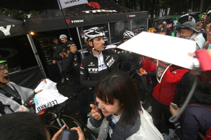ファビアン・カンチェラーラ(スイス、トレックファクトリーレーシング)の登場に、ブースエリアはパニック状態に