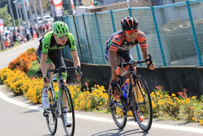 残り3周終盤、マティ・モホリッチ(スロベニア、キャノンデール・ガーミン)と山本元喜(ヴィーニファンティー  ニNIPPO・デローザ)の2名が逃げる