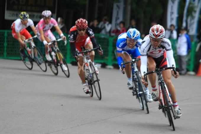 山本雅道(チームブリヂストンアンカー)を先頭に一周目を終えた逃げの5名