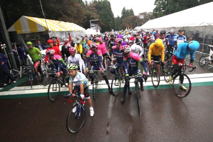 生憎の雨ながら、JC参加の全てのUCIワールド・ツアーチームが集結したオープニング・フリーラン