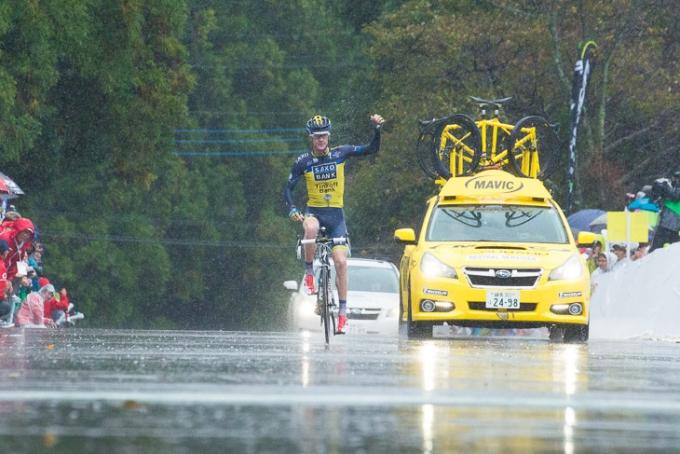 独走でゴールに飛び込むマイケル・ロジャース(オーストラリア、サクソ・ティンコフ)