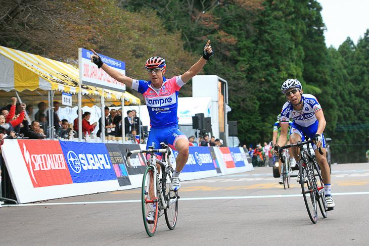 2008年、ジョヴァンニ・ヴィスコンティ(イタリア、クイックステップ)をスプリントで下したダミアーノ・クネゴ(イタリア、ランプレ)が優勝