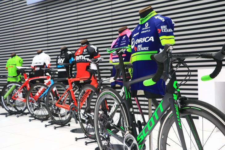 2016ジャパンカップ出場UCIワールドツアーチームのジャージとバイクが展示された