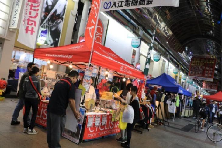 『ジャパンカップストリート』と『サイクルストリート』を、色とりどりの出店ブースが埋め尽くします(写真は昨年の様子)