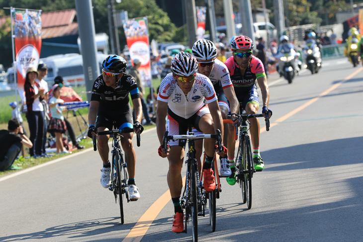 最終周回でモレマ、ウリッシ、エナオゴメスとともに抜け出した新城幸也(日本ナショナルチーム)
