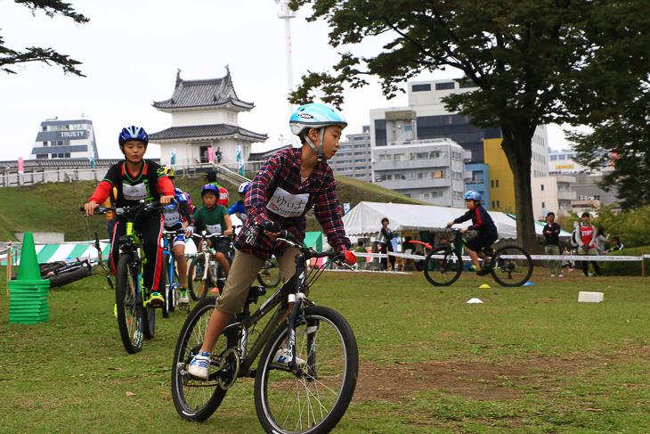 城址公園の芝生の広場で開催されたバイクスクール