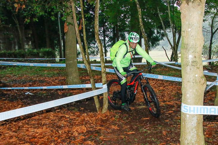 マウンテンバイクの試乗コースは林の中の本格オフロード