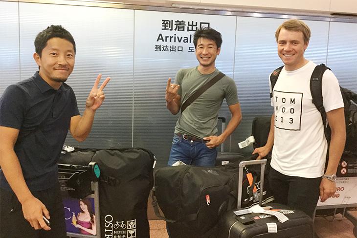 羽田空港に到着した別府史之選手、エドヴァルド・ボアッソン・ハーゲン選手とフォトグラファーの辻啓氏