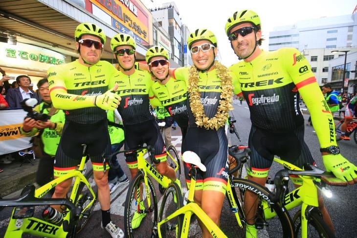 2連覇を達成した別府史之(日本、トレック・セガフレード)をチームメイトが囲う