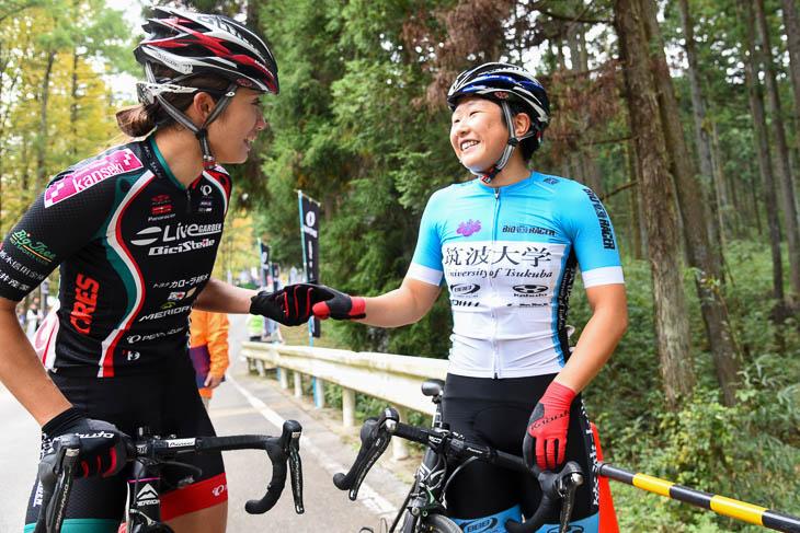 オープン女子 優勝した梶原悠未と吉川美穂が健闘をたたえ合う