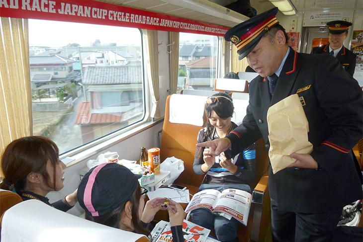 東武鉄道から特急スペーシアのピンバッジなどが配られました