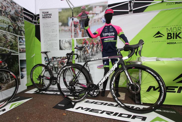 ミヤタサイクルのブースでは、ランプレ・メリダが使用するメリダのレーシングバイクを展示