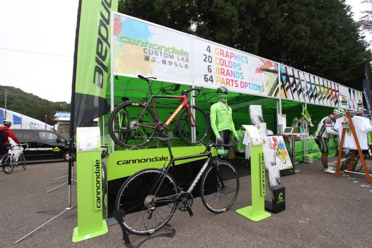 キャノンデール・ジャパンのイチオシは、レーシングバイク「SUPERIX EVO Hi-MOD」を自分好みに  カスタムできる「カスタムラボ」