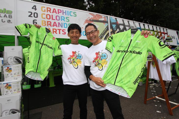 「カスタムラボ」をイメージしたTシャツや、キャノンデール・ドラパックのチームウェアを販売