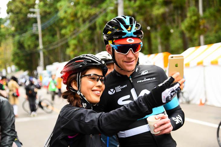 女性ファンと記念撮影するラーシュペッテル・ノルダーグ(ノルウェー、チームスカイ)