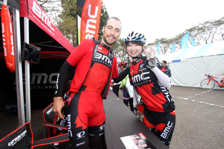 チームウェアを着た女性ファンと記念撮影するマヌエル・クインツィアート(イタリア、BMCレーシング)