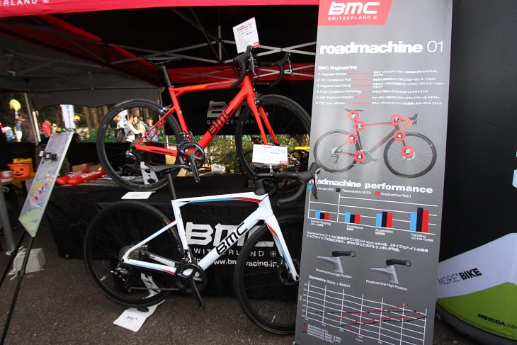 BMCレーシングの選手たちが使用するスイスのバイクブランド「BMC」の最新モデルを展示