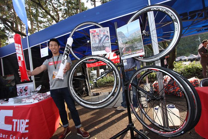 NIPPOヴィー二ファンティーニの足元を支える日本発タイヤブランド「IRC」のブース