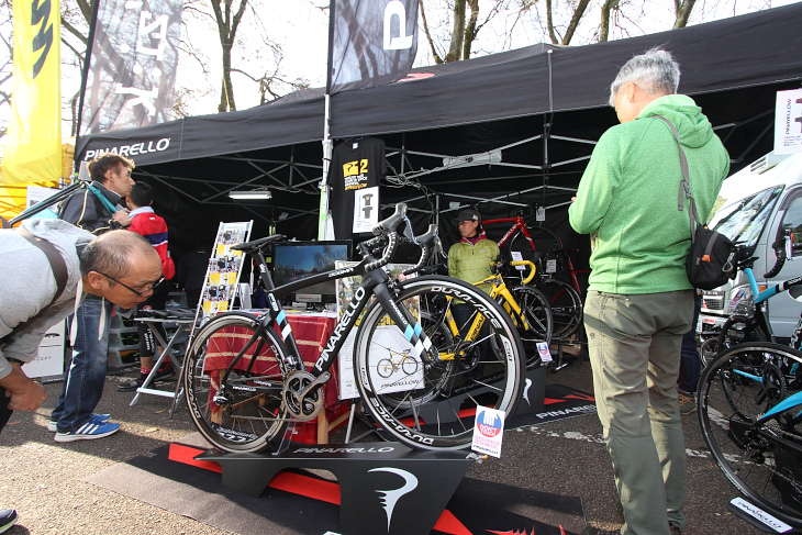クリス・フルームのツール・ド・フランス総合優勝を支えたピナレロのスペシャルバイク「DOGMA F8 X-Light」がブース正面に鎮座