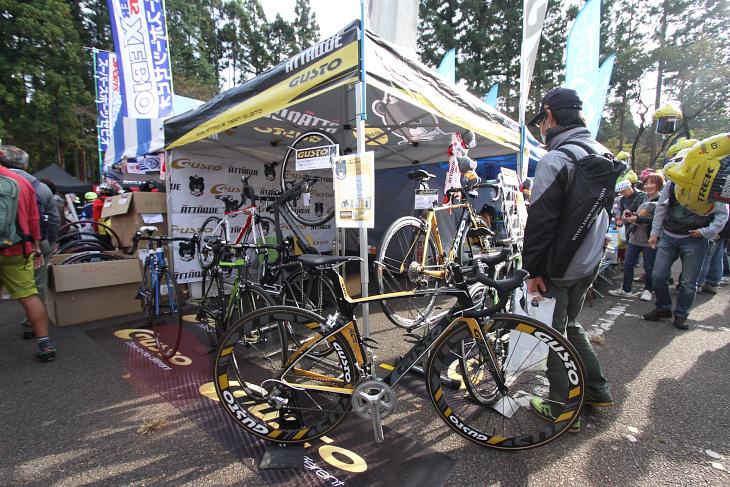 アタッキ・チーム・グストが使用するグストのバイクを展示中のアクションスポーツブース