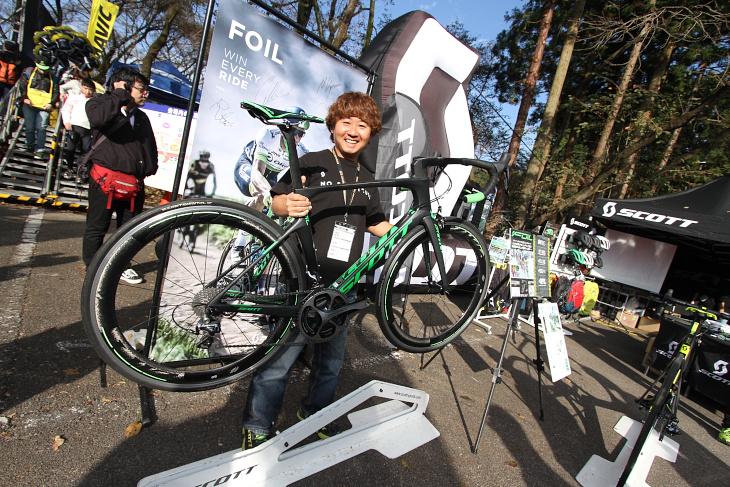 スコットジャパンのブースでは、マシュー・ヘイマンのパリ~ルーベ優勝を支えたエアロロード「FOIL」を展示