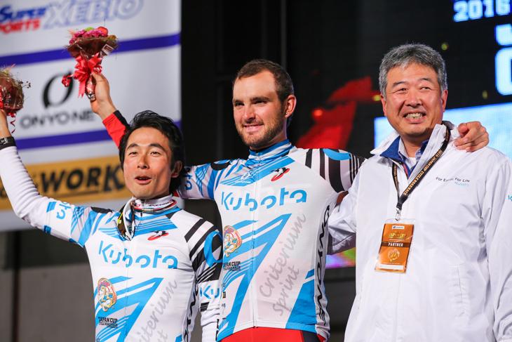 スプリント賞を獲得した井上和郎(ブリヂストンアンカー)とジョセフ・ロスコフ(アメリカ、BMCレーシング)