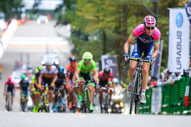 最終周回突入と同時にアタックしたシモーネ・ペティッリ(イタリア、ランプレ・メリダ)