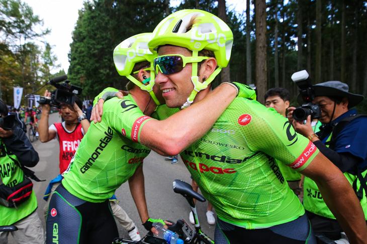 チームメイトと勝利を喜ぶダヴィデ・ヴィッレッラ(イタリア、キャノンデール・ドラパック)