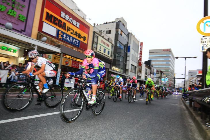 宇都宮市駅前大通を高速で駆け抜けるクリテリウムの集団