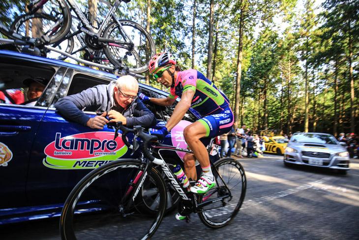 機材の不調を訴えるマヌエーレ・モーリ(ランプレ・メリダ)がチームカーから調整を受ける