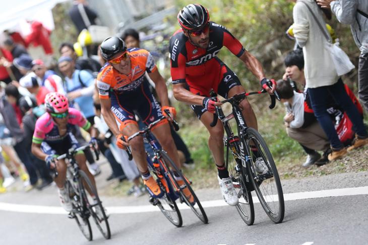 マヌエル・クインツァート(イタリア、BMCレーシング)が追走集団からアタックする