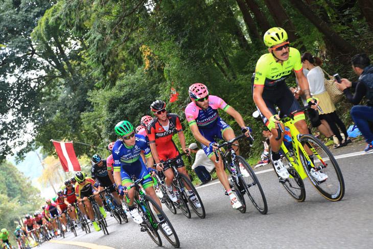 エウジェニオ・アラファーチ(イタリア、トレック・セガフレード)を先頭に追走するメイン集団
