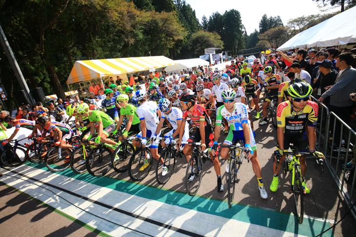眩い秋晴れの好天のなかスタートを待つ2016ジャパンカップサイクルロードレース