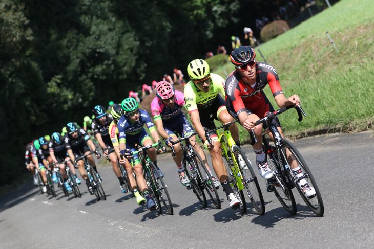 テイラー・エイセンハート(BMCレーシング・チーム)を先頭に古賀志林道を下るメイン集団
