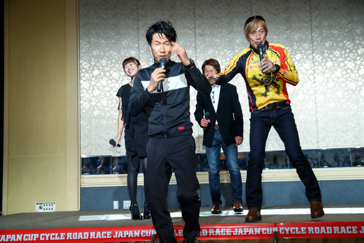 さすがウォーミングアップを済ませて登場の栗村さん。開会のあいさつなのですが既に出来上がっている?