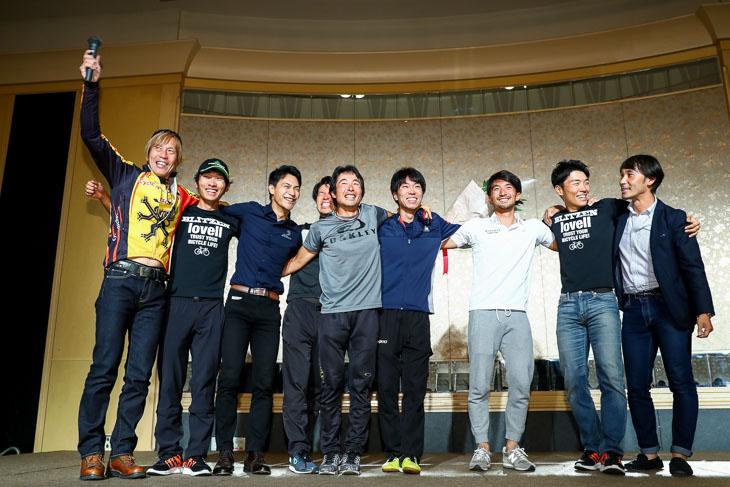 今シーズンで引退する井上和郎(ブリヂストンアンカーサイクリングチーム)と伊丹健治(キナンサイクリングチーム)をねぎらう