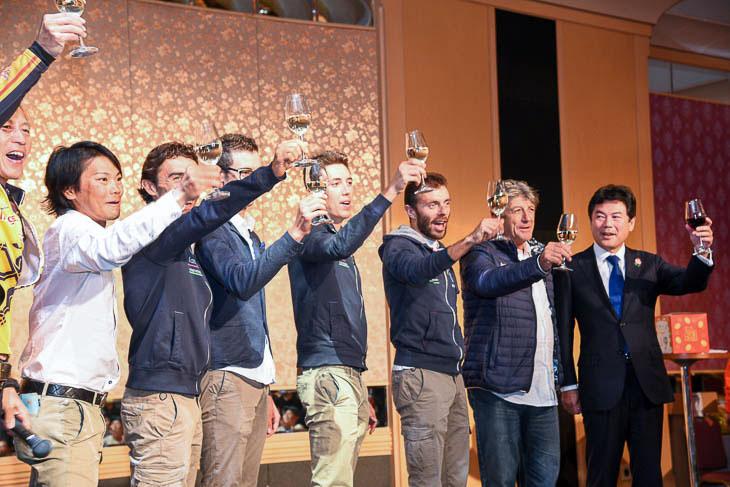 宇都宮市佐藤栄一市長と共にランプレ・メリダのメンバーと乾杯