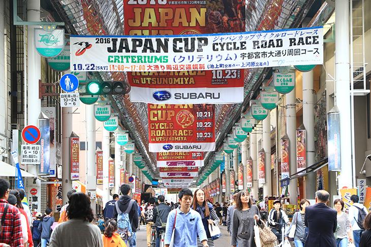 ジャパンカップのビッグフラッグに彩られたオリオン通り(※写真は2016年の様子)