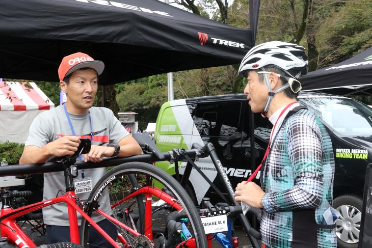 元宇都宮ブリッツェンの中村誠さんからレーサー目線のアドバイスを受ける