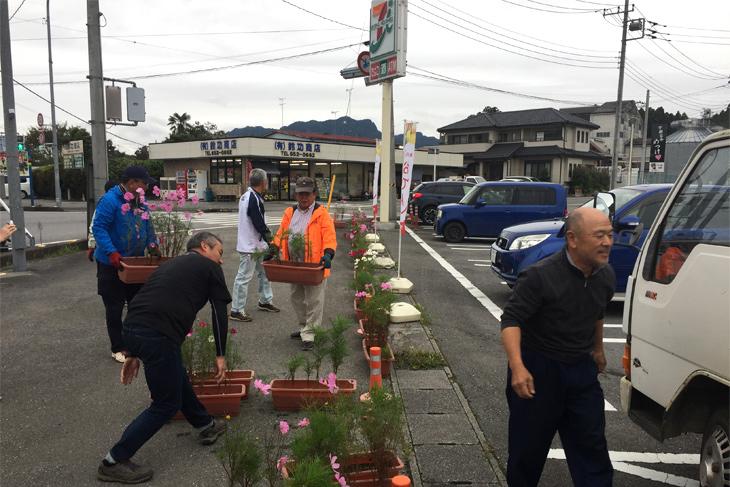 田野町交差点前のセブンイレブン前にもフラワーを置いていきます