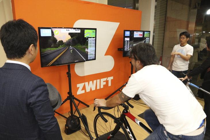 ズイフトの体験コーナーでは早速トライする人の姿が