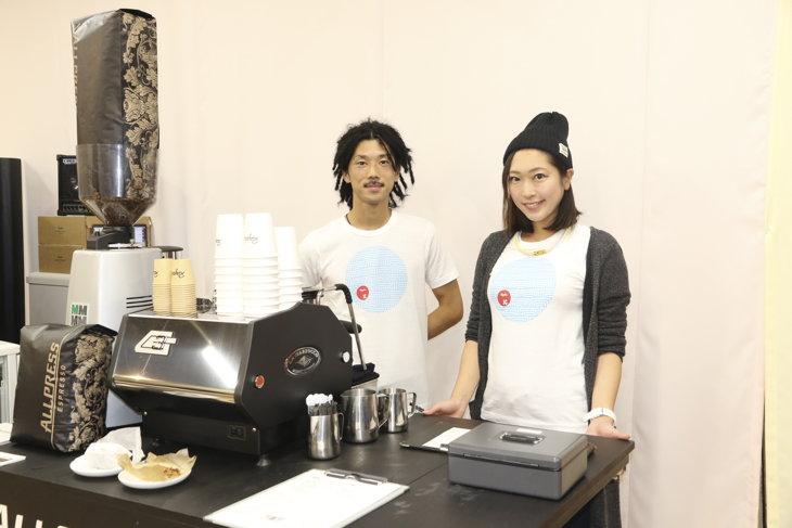 店内に併設されたオールプレス エスプレッソのコーナーと、バリスタの清隆さん(左)