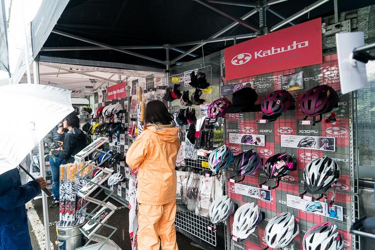 様々な自転車用ヘルメットが展示されたOGKカブトのブース。リペア&オプションパーツの販売もあります