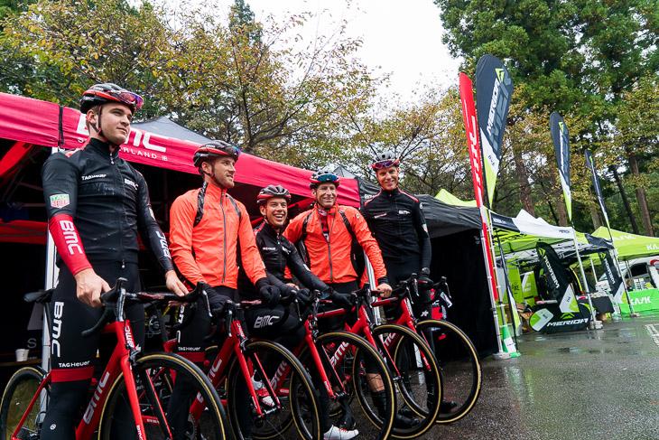 フリーラン終了後、BMCブースにやってきたBMCレーシング・チームの選手達