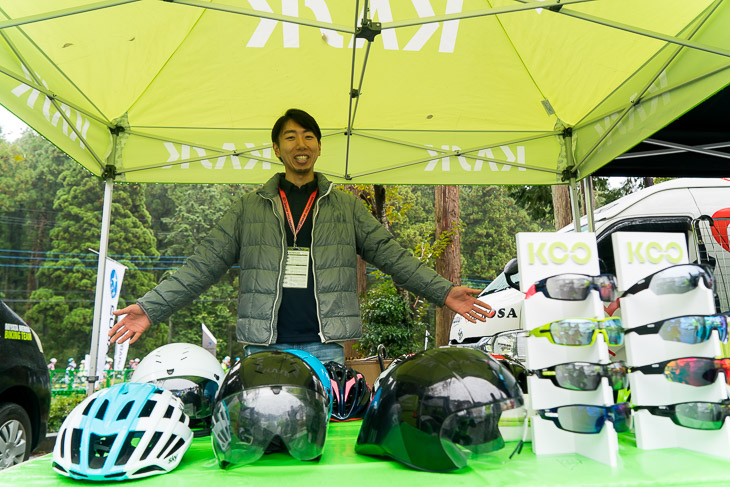 KASKブースでは新作ヘルメットValegro(写真左)もお目見え