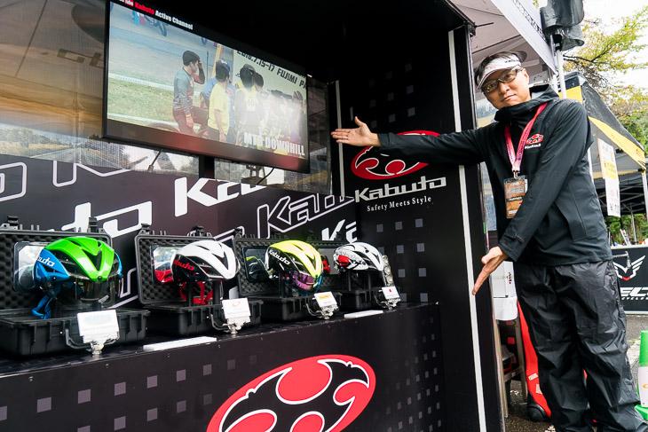 OGKカブトブースでは国内各チームにサプライするAERO-R1を展示